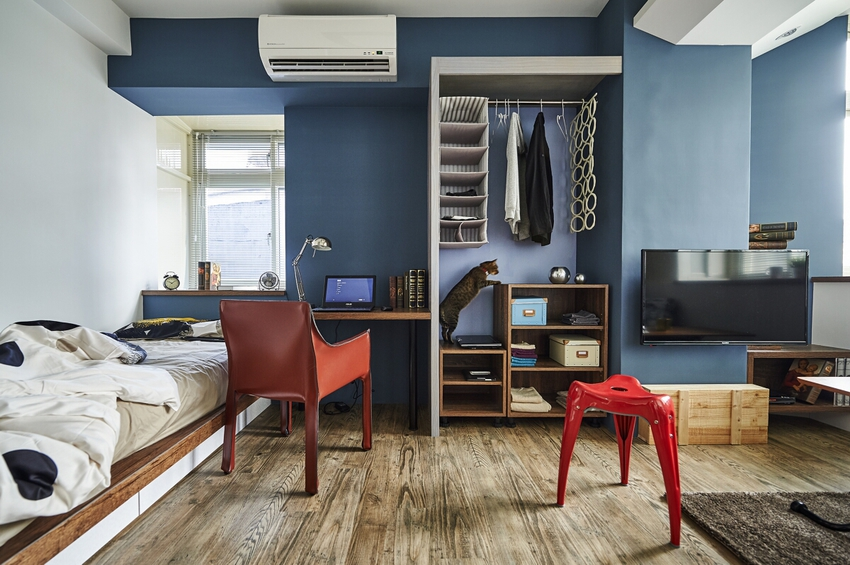 > 第宅設計-輕工業風格套房 對小坪數空間而言,收納規劃、空間感,自然是設計的重點。屋主本身從事設計相關行業,特別喜歡工業風格的懷舊感,但卻又擔心風格太強烈。 於是在風格設計上,我們也作相當多的討論,將工業元素一點一點的帶,營造輕工業的風格,有些許的味道,同時又符合居家的氣氛。
